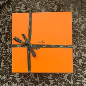 Hermès box with pillow